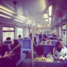 Kurz darauf saß sie bereits mit der sperrigen, großen Tragetasche des Schuhgeschäfts auf dem Schoß in der U-Bahn und fuhr nach Hause. Zwei Reihen weiter hatte ein Mann sie über die Reflexionen der Scheiben beobachtet.