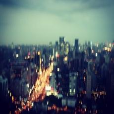 Die Scheinwerferlichter auf der Gegenseite rauschten in einem endlosen Strom durch ihr Blickfeld; hinter jedem Lichterpaar, verborgen im Dunkeln, Menschen auf dem Weg von einem bestimmten Ausgangspunkt zu einem bestimmten Ziel. Lauter voneinander isolierte Ich-Elektronen auf ihrer vorgeschriebenen Bahn.